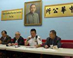 五分局局長吳銘恒(右二)通報過去一個月的華埠治安問題,各項罪案顯著減少。 (蔡溶/大紀元)