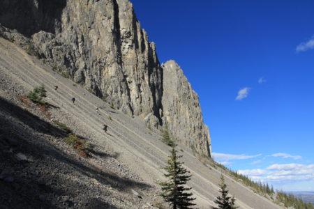 山路陡峭,跳滑而下,惊险快速。