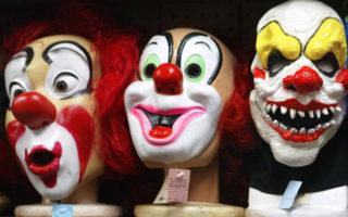 近一个月来美国多州接连有人报警,称有小丑企图捉走小孩、荒凉地方夜晚出现吓人小丑等。图为芝加哥一家戏服店的小丑面具。(Tim Boyle/Getty Images)