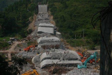 大桥被特大山洪冲击垮塌,造成多人落水。(网络图片)