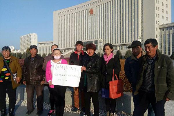 牧民在旗政府门前表达诉求。(志愿者提供)