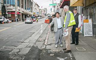华埠街坊会会长李兆祥27日向中央地铁工程人员介绍中央地铁施工对唐人街路面的影响。(李霖昭/大纪元)