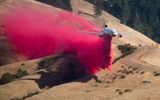 為了撲滅Soberanes Fire,加州動員了數千名消防隊員,從地面和空中聯合作業。(NOAH BERGER/AFP/Getty Images)
