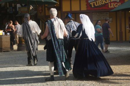在小镇上,游客们也可以租借服装,扮成欧洲中世纪的人物。(林乐予/大纪元)
