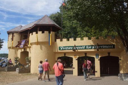 穿过城堡大门,仿佛进入了中世纪的欧洲。(林乐予/大纪元)