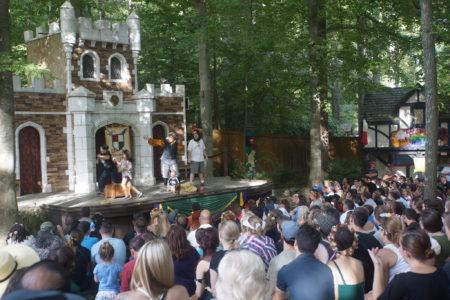 小剧场正在进行互动演出,满场观众们都在聚精会神地观看。(林乐予/大纪元)