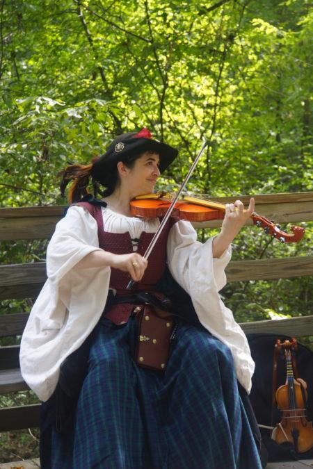 森林中的提琴家。(林乐予/大纪元)