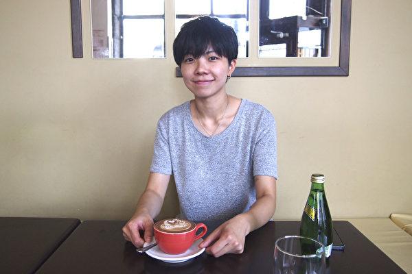 蒙特利爾的年輕華人咖啡師Vivian So在Natrel牛奶品牌舉辦的蒙特利爾拿鐵藝術比賽中獲得冠軍。(蔣真 / 大紀元)