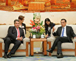 German Minister for Economic Affairs and Energy Sigmar Gabriel (L) and Chinese Premier Li Keqiang (R) hold a meeting at the Great Hall of the People in Beijng on November 1, 2016. Gabriel is on an official visit to China and Hong Kong until 05 November.  / AFP / POOL / WU HONG        (Photo credit should read WU HONG/AFP/Getty Images)
