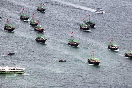 图为入侵韩国海域的中国船队。(LAURENT FIEVET/AFP/GettyImages)