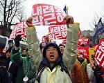 親信干政事件爆發以來,連續五週的週末都有百萬名韓國民眾上街抗議,要求朴槿惠下台。(AFP PHOTO / JUNG Yeon-Je)