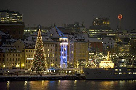 瑞典是童话大师和圣诞枞树的故乡,首都斯德哥尔摩已经连续12年装饰了全球最大的圣诞树,游客们围着36米高的圣诞树不住惊嘆。 (BERTIL ERICSON / SCANPIX SWEDEN / AFP)