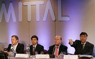 圖為2006年5月9日,羅斯(右二)出現在全球最大鋼鐵公司米塔爾鋼鐵在鹿特丹舉行的一次會議上。(AFP)