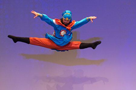 """加州飞天艺术学院学生Fred Yi在大赛中诠释""""关羽""""的舞蹈。(戴兵/大纪元)"""