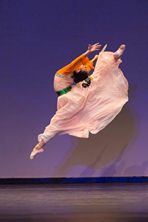 """加州飞天艺术学院学生Cici Ma在""""全世界中国古典舞大赛""""中的表演。(戴兵/大纪元)"""