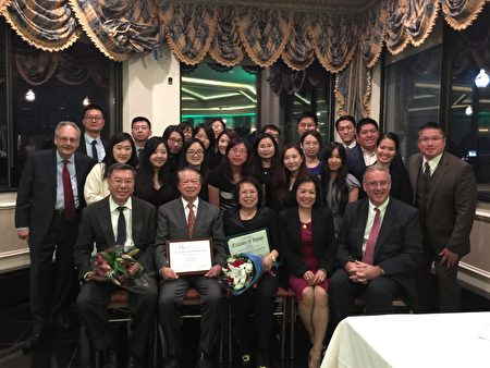 達慶聯合會計師事務所的員工出席頒獎典禮,祝賀魏十洲(前排左二)榮獲皇后區商會2016年度企業家獎。