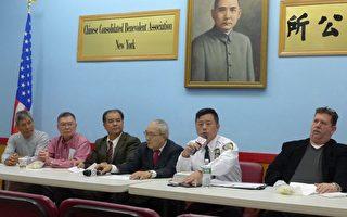 局长吴铭恒(右二)通报过去一个月辖区内的治安情况。 (蔡溶/大纪元)