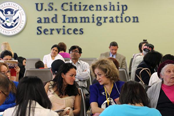 美国候任总统川普上任百日优先事项之一是指示劳工部全面调查滥用美国签证计划的情形。根据专家预测,这项新政或会导致H-1B的大改革,而EB-5投资移民签证则可能更为蓬勃发展。 (John Moore/Getty Images)