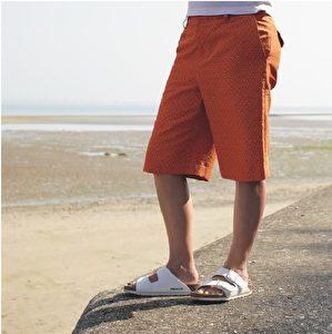 短裤品牌Topshop;凉鞋品牌Birkenstock。(商周出版社提供)