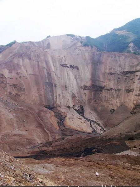 军方知情人士透露,这次地震引发武器弹药库爆炸,给军队带来灾难性的重创。 当地村民说﹕大山好像被切开了肚子——这能量太大了。 图为地震山区爆炸后的情形。(大陆网友提供图片)