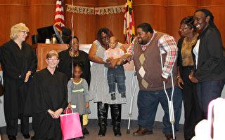 """11月是美国的""""全国收养月""""( National Adoption Month)。11月18日,马里兰州蒙哥马利郡巡回法庭主持了一场特别的领养仪式,11名儿童正式拥有新家。(何伊/大纪元)"""