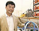 许树源教授和其港大研究团队研发的无线充电系统,可一次过为家中所有的智能数码产品充电。(香港大学提供)