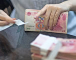 This picture taken on September 24, 2014 shows a worker of an Industrial and Commercial Bank of China Ltd (ICBC) branch counting money as she serves a customer in the China (Shanghai) Pilot Free Trade zone during a media trip. Concerns over China's economy -- a key driver of global growth -- have intensified following a string of lacklustre recent data, with economists calling for authorities to take further action to kickstart growth. AFP PHOTO / JOHANNES EISELE / AFP PHOTO / JOHANNES EISELE