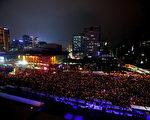 """26日晚,冒著凜冽的寒風,韓國民眾在首爾市中心的光華門一帶舉行聲勢浩大的燭光集會遊行敦促朴槿惠在彈劾前自行下臺,這是韓國民眾因朴槿惠的""""閨蜜干政""""醜聞進行的第五次示威,也是其中規模最大的一次。(全景林/大紀元)"""