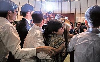 立法會宣誓風波持續,梁振英昨日首次揚言不排除提請中共人大釋法,泛民和建制陣營都傳出反對聲音。(大紀元)