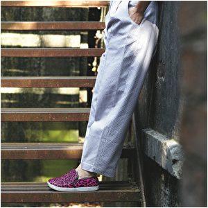 长裤品牌H&M;滑板鞋品牌Essentiel Antwerp。(商周出版社提供)