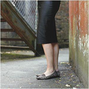 裙子品牌Baukjen;吸烟鞋品牌Russell & Bromley。(商周出版社提供)