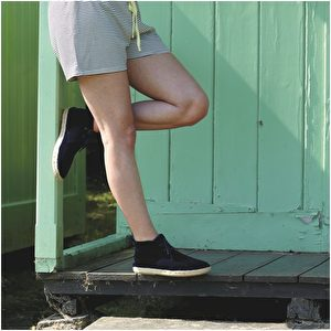 短裤品牌Vintage;沙漠靴品牌Penelope Chilvers。(商周出版社提供)