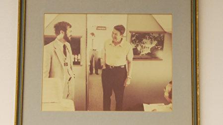 罗拉巴克和里根总统的旧照。(杨阳/大纪元)