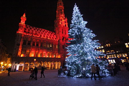布鲁塞尔大广场(La Grand Place)前的圣诞树装饰。(Photo byMark Renders/Getty Images)
