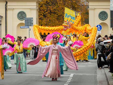 身着汉服的法轮功仙女队盈盈走来,气势威严的舞龙方队紧随其后,让人感受到鲜明的东方传统文化元素。(清飖/大纪元)