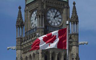 皮尔逊在国会中突破重重阻力,通过了独树一格的加拿大国旗?雪白的底色衬著红色的枫叶。(摄影:穆枫/大纪元)