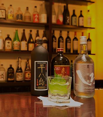 店里的酒柜上慢慢日本当地酒种。(Shimizu寿司酒吧提供 )