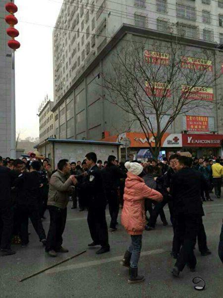 11月10日,陜西榆林市橫山縣東方紅煤礦百餘名礦工到縣政府討薪,遭到警察鎮壓。(網絡圖片)