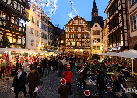 位于法国北部的斯特拉斯堡(Strasbourg's Christmas market),这个歷史悠久的老市集,被票选为「欧洲第一」。(PATRICK HERTZOG/AFP/Getty Images)