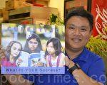 库市议员候选人刘锦宗展示长信的封面。(梁博/大纪元)