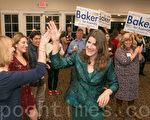 当加州第16区众议员凯瑟琳‧贝克一出现,在场掌声一片,大家一齐恭贺竞选连任的她在初步结果上领先对手。(马有志/大纪元)
