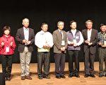 卫生局受奖,最左方为卫生局企划科长蔡富樱。(嘉义市政府提供)