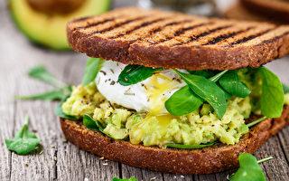 牛油果、荷包蛋配发芽谷物烤面包。(Vankad/Shutterstock)