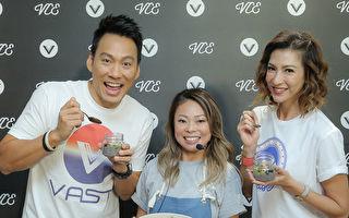 艾力克斯(左)、李咏娴(右)甜蜜放闪,穿上冲浪风情侣装现身,并亲手示范健康罐甜点与牛排沙拉。(孟橙策略行销提供)
