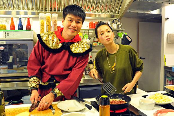 李易(左)与六月夫妻上节目做菜仍然爱斗嘴,但甜蜜感情却令人羡。(台视提供)