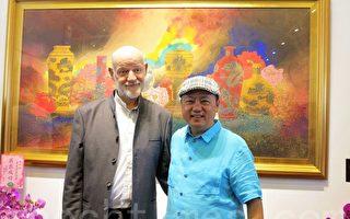 台灣彩墨藝術林伯禧與比利時皇家美術學院院長SLUSE,於其彩墨作品前合影。(李晴玳/大紀元)