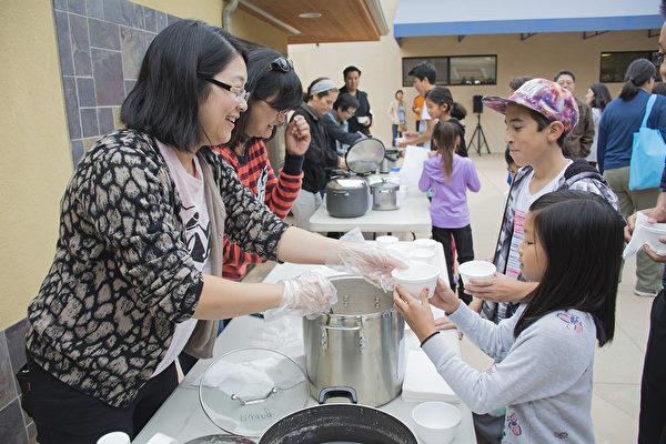 11月20日, 聖地亞哥中華學苑迎來了一年一度的湯圓節,學生們在課間休息時吃到湯圓很開心。(楊婕/大紀元)
