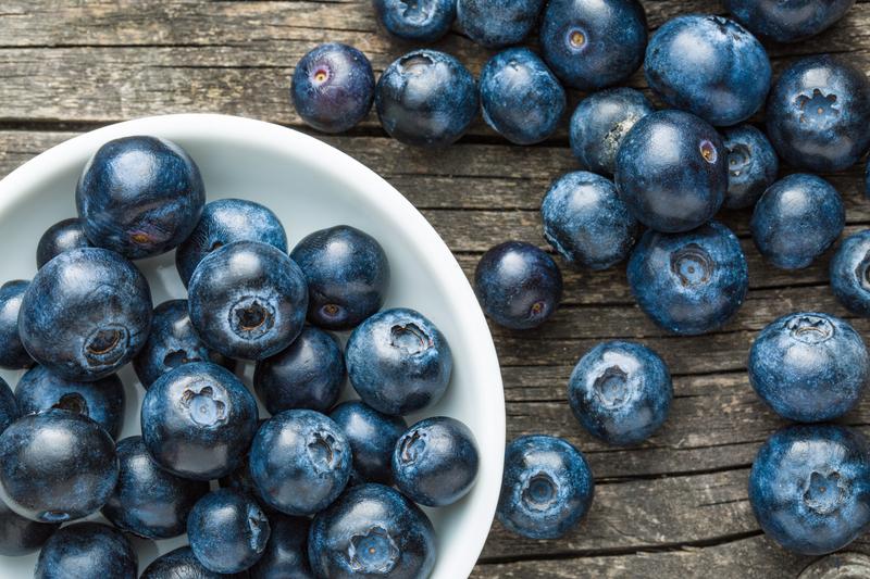 富含类黄酮的食品如蓝莓、黑巧克力和富含ω-3脂肪酸的食品(如多脂肪鱼类——鲑鱼、金枪鱼等)可促进神经元成长。(Jiri Hera/Shutterstock)