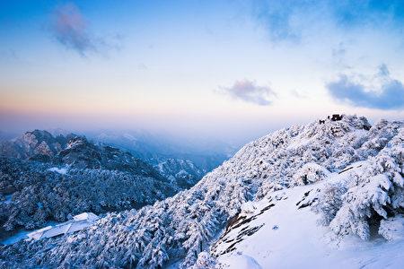 在黄山山的雪场面。(fotolia)