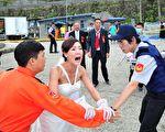 《700岁旅程》今(28)日将上演张本渝的未婚夫车子落水的搜救戏,由于场面逼真,连附近居民都跑来关心。(台视提供)